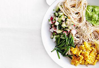 Vegane Spaghetti-Bowl mit Erbsen-Sesammus und Gurkensalsa Foto: © Thorsten Suedfels