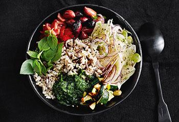Vegane Wildreis-Bowl Fenchel, Tomaten und Zucchini Foto: © Thorsten Suedfels
