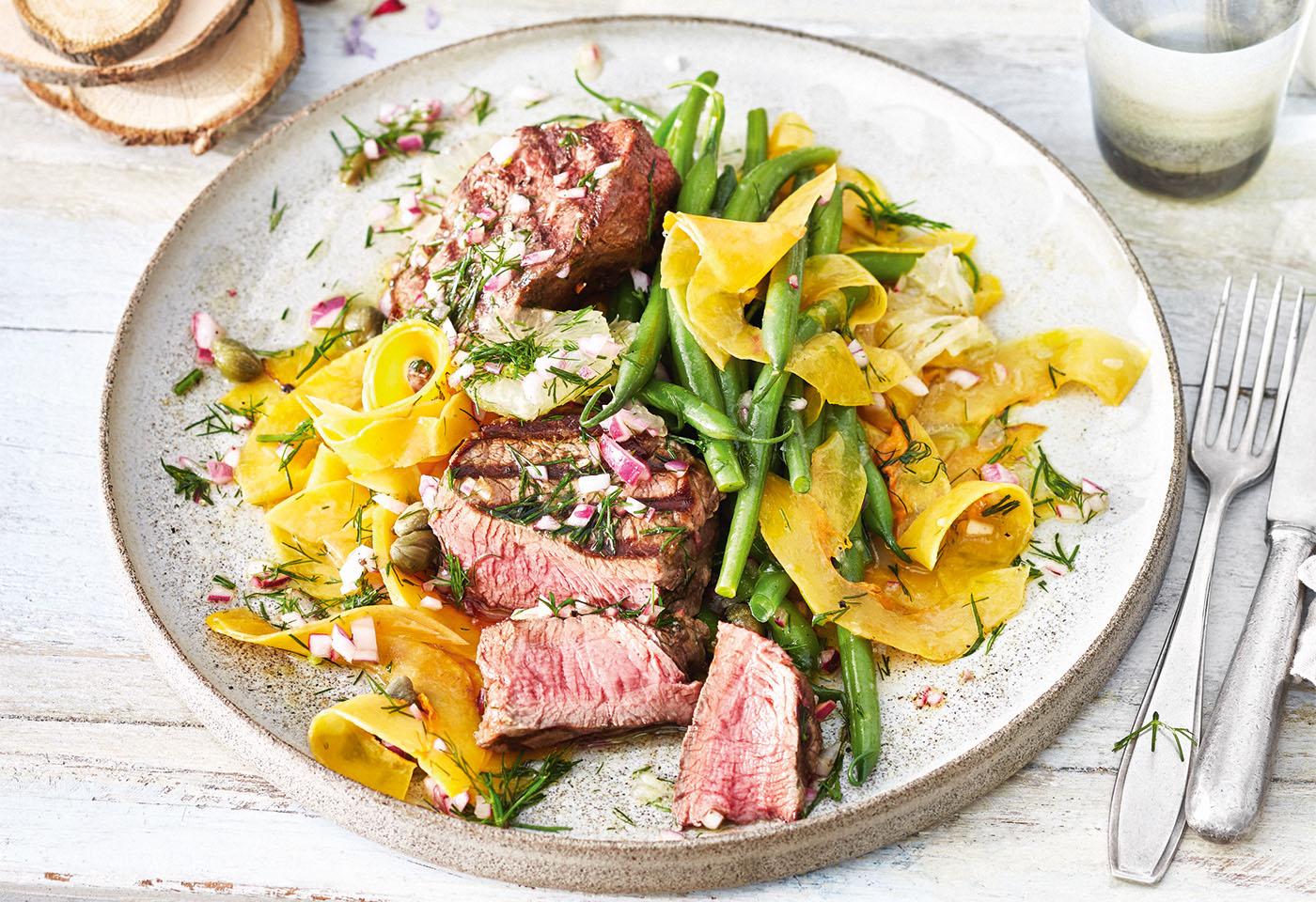 Steaks vom Bio-Rind mit Fisolen, Kürbis und Zitronen-Kapern-Salsa Foto: © Janne Peters