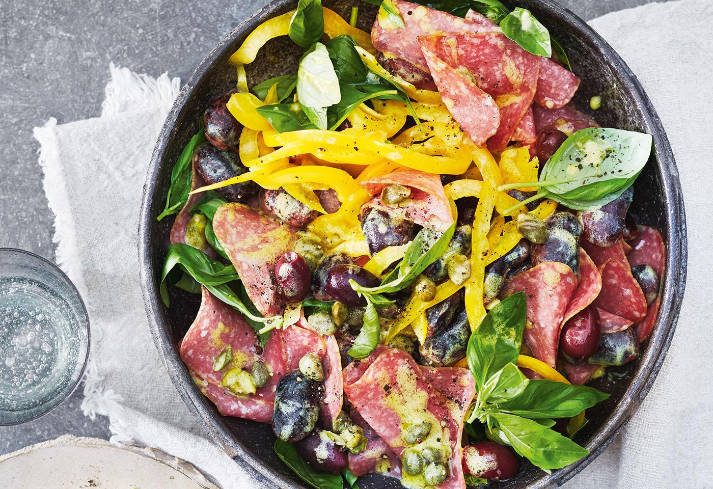 Bunter Salat mit Bio-Kantwurst mit Bohnen, Paprika und Oliven Foto: © Janne Peters