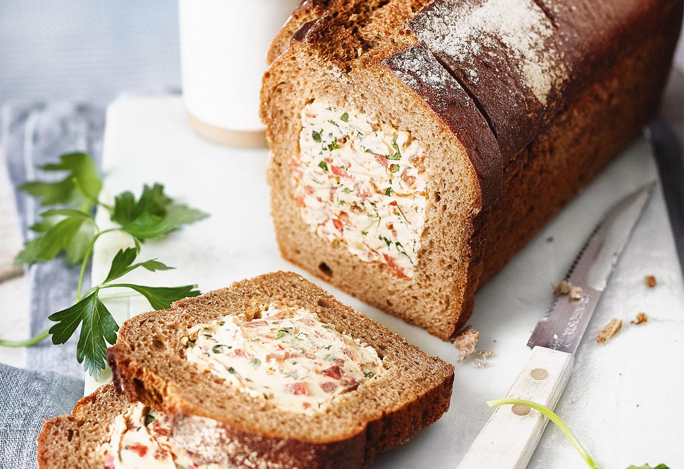 Gefülltes Brot mit Paprika-Frischkäse