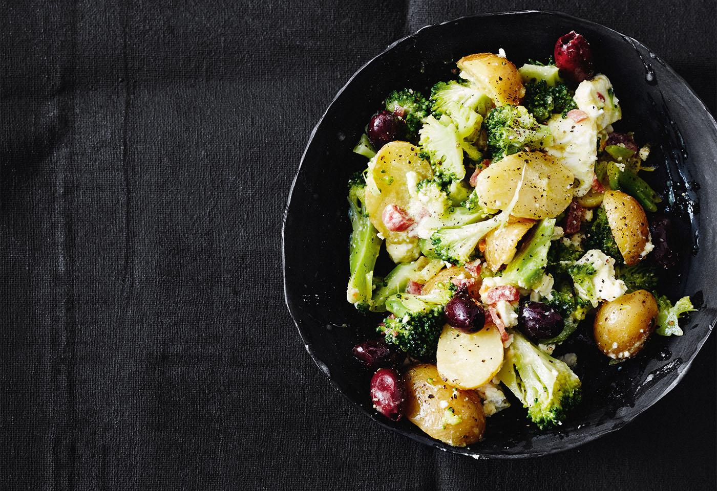 Erdäpfel-Brokkoli-Salat mit Cabanossi und Oliven Foto: © Thorsten Suedfels