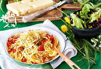 Käsespätzle mit Tomaten und Blattsalat Foto: © Walter Cimbal