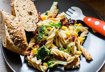 Nudelsalat mit Brokkoli, Mais und Karotten Foto: © Michael Reidinger