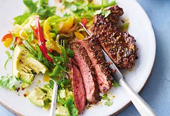 Steak mit Avocado und Paprikasalat Foto: © Janne Peters