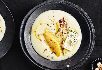 Karfiolsuppe mit Birne, Käse und Nüssen Foto: © Thorsten Suedfels
