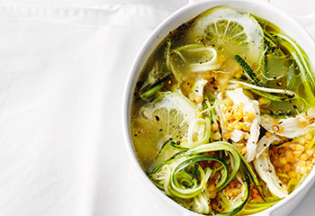 Hühnersuppe mit Zucchini und Linsen Foto: © Thorsten Suedfels