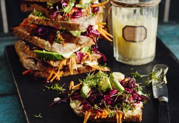 Krautsalat-Sandwich mit Avocado und Krenmayonnaise Foto: © Thorsten Suedfels
