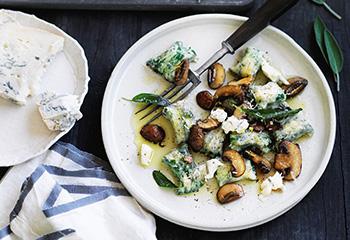 Spinat-Gnocchi mit Champignons und Käse Foto: © Ben Dearnley