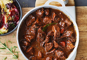 Rindsgulasch mit Parmesanpolenta und gebratenem Radicchio Foto: © Janne Peters