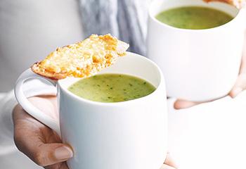 Erbsen-Salat-Suppe mit Minze und Käsecrackern Foto: © Jean Paul Urizar