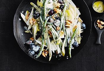 Fisolen-Chicorée-Salat mit Trauben und Nüssen Foto: © Thorsten Suedfels