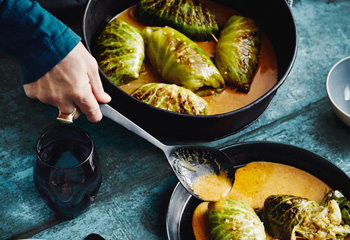 Krautrouladen mit Quinoafüllung und Currysauce Foto: © Thorsten Suedfels