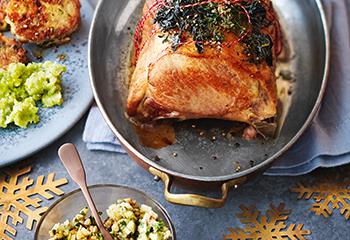 Schweinskarree mit Apfel-Walnuss-Pesto, Kohlsprossenpüree und Serviettenknödel Foto: © Janne Peters