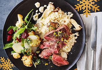 Steak mit Pilzrisotto und Karfiol-Rote-Rüben-Salat Foto: © Janne Peters