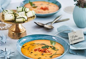 Paprikacremesuppe mit Petersilienöl und Zucchinipäckchen Foto: © Monika Schuerle