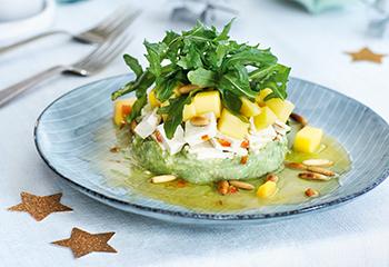 Avocado-Tofu-Türmchen mit Mango und Rucola
