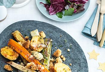 Ofengemüse mit Thymiancrumble und Kräuter-Blattsalat Foto: © Monika Schuerle