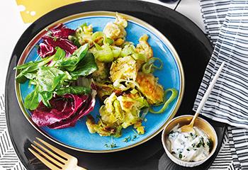 Lauch-Mais-Schmarren mit Joghurtdip und Salat Foto: © Monika Schuerle