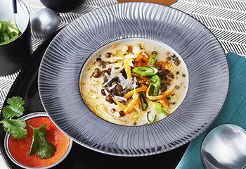 Karotten-Linsen-Kokossuppe mit Reis Foto: © Monika Schuerle