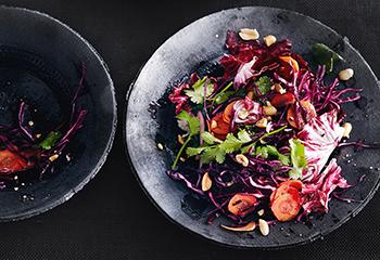 Rotkraut-Karottensalat mit Radicchio, Koriander und Nüssen Foto: © Thorsten Suedfels