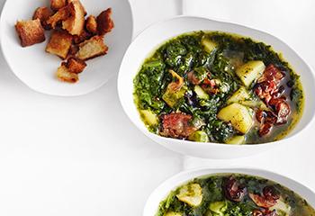 Spinat-Erdäpfel-Suppe mit Speck und Croûtons Foto: © Thorsten Suedfels