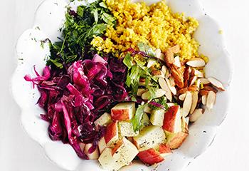 Curry-Couscous mit Krautsalat, Äpfeln und Mandeln Foto: © Thorsten Suedfels