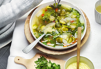 Winter-Minestrone mit Parmesan-Mayonnaise Foto: © Walter Cimbal