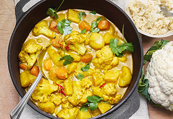 Erdäpfel-Sellerie-Curry mit Karfiolreis Foto: © Walter Cimbal