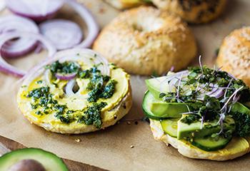 Bagels mit Curry-Hummus, Avocado, Gurke und Minzepesto Foto: © Michael Reidinger
