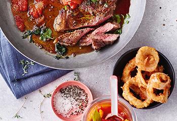 Rostbratensteaks mit Zwiebelringen und Barbecuesauce Foto: © Janne Peters