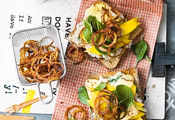 Toast mit Bohnencreme, Mango und Zwiebelringen Foto: © Wolfgang Schardt