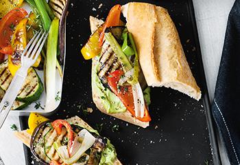 Sandwich mit Avocadomus, Grillgemüse und BBQ-Sauce Foto: © Wolfgang Schardt