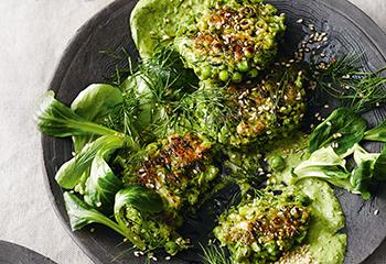 Brokkoli-Laibchen mit Kräuter-Tahinsauce und Vogerlsalat Foto: © Thorsten Suedfels