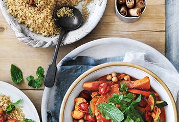 Gemüse-Kichererbsen-Tajine mit Zimt-Couscous Foto: © Ben Dearnley