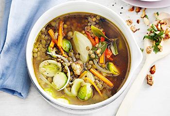 Gemüse-Linsen-Eintopf mit Mandel-Crumble Foto: © Thorsten Suedfels