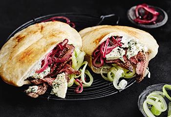 Pita mit Steak, Rotweinzwiebeln und Blauschimmelkäse Foto: © Thorsten Suedfels