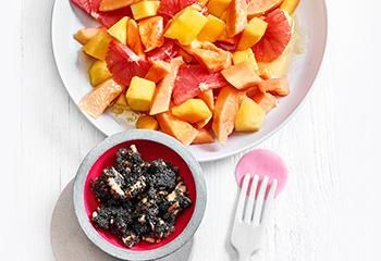 Mango-Papaya-Salat mit Grapefruit und Mohn-Nuss-Crunch Foto: © Walter Cimbal