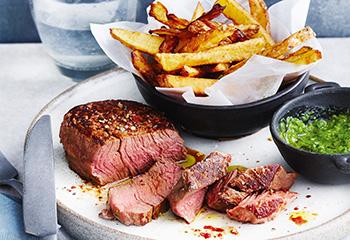 Steak mit Chimichurri und Pommes frites Foto: © Janne Peters
