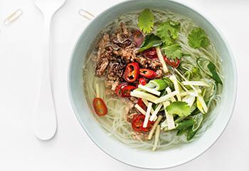 Asia-Suppe mit knusprigem Faschiertem Foto: © Michael Reidinger
