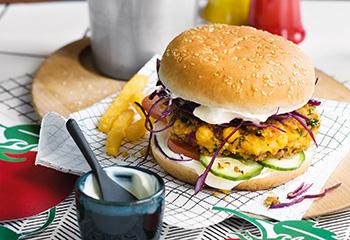 Kichererbsen-Burger mit Pommes frites Foto: © Wolfgang Schardt
