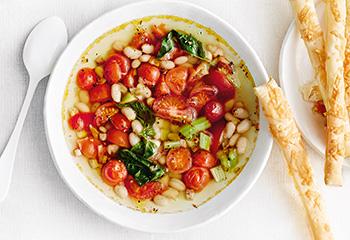 Tomaten-Bohnen-Suppe mit Blätterteigstangen Foto: © Thorsten Suedfels