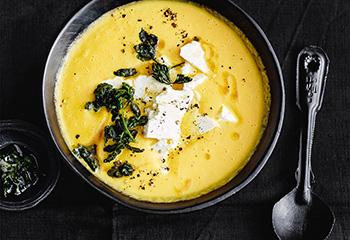 Karotten-Erdäpfel-Suppe mit Feta und Petersilienbutter Foto: © Thorsten Suedfels