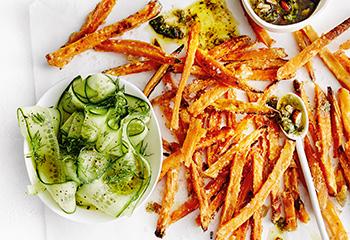 Süßkartoffel-Pommes mit Pesto und Gurkensalat Foto: © Thorsten Suedfels