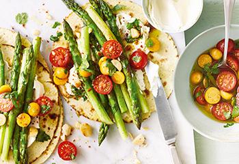 Tortilla mit Spargel und Tomaten-Physalis-Salat Foto: © Janne Peters