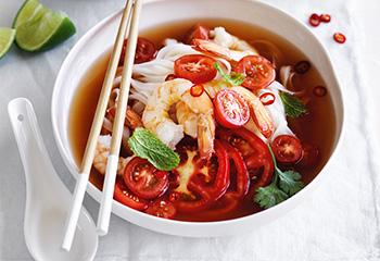 Chili-Tomaten-Suppe mit Garnelen und Reisnudeln Foto: © Ben Dearnley