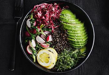 Bowl mit Linsen, Radieschen, Radicchio und Avocado Foto: © Thorsten Suedfels