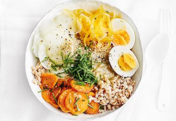 Bowl mit Dinkelreis, Süßkartoffeln und Rettich Foto: © Thorsten Suedfels