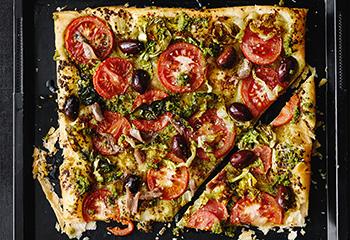 Pizza mit Pesto, Tomaten und Sardellen Foto: © Thorsten Suedfels