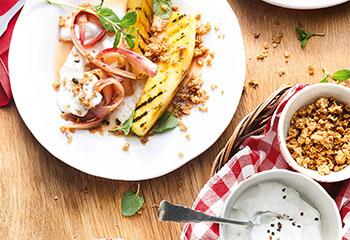 Ananas und Rhabarber vom Grill mit Kardamomjoghurt und Hafercrunch Foto: © Nikolai Buroh